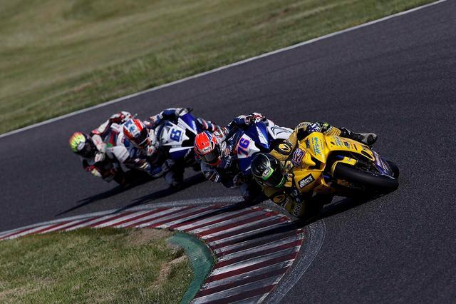 画像: ここから最終ラップに伊藤が一度、前に出ますが、ウエストが再逆転し、優勝!