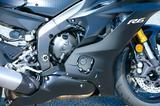 画像: 従来型R6の高回転型エンジンからさらなるポテンシャルを引き出すべく、トラクションコントロールとクイックシフターを新たに採用。