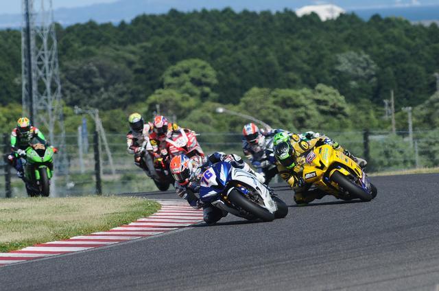 画像: レース序盤のトップグループ 伊藤とウエストが抜け出し始めます