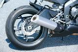 画像: リアサスペンションには新設計のピギーバックタイプのKYB製ユニットを採用。リアブレーキキャリパーは軽量な新タイプとなった。