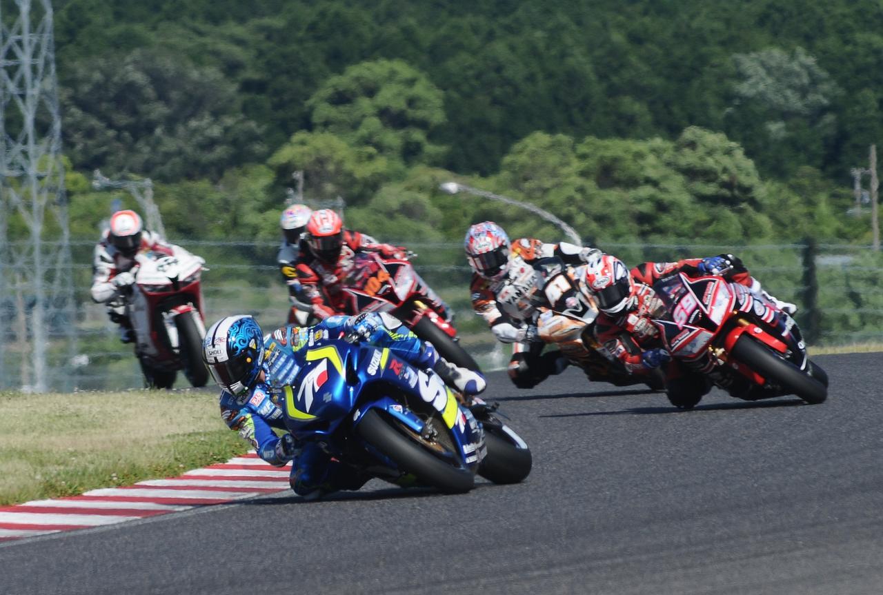 画像: その後方のセカンドグループから加賀山が抜け出し、トップグループへ迫ります