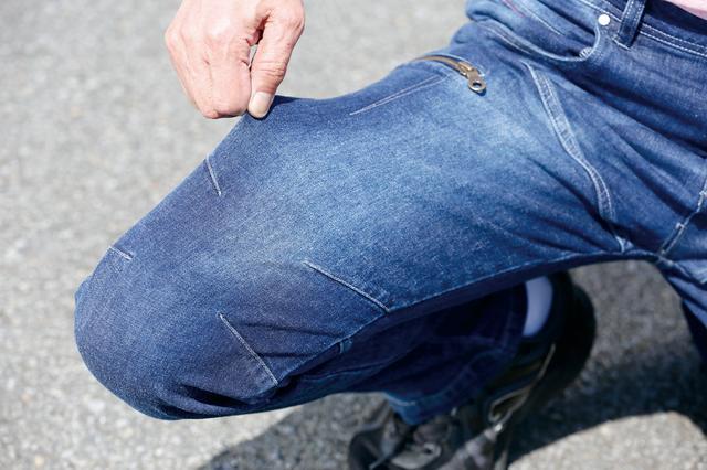 画像: 脚の付け根部分と膝まわりの立体裁断に加えて伸縮性のあるデニム素材を採用しているから動きやすさは言うことなし。長時間ライディングでの疲労も抑えられる。