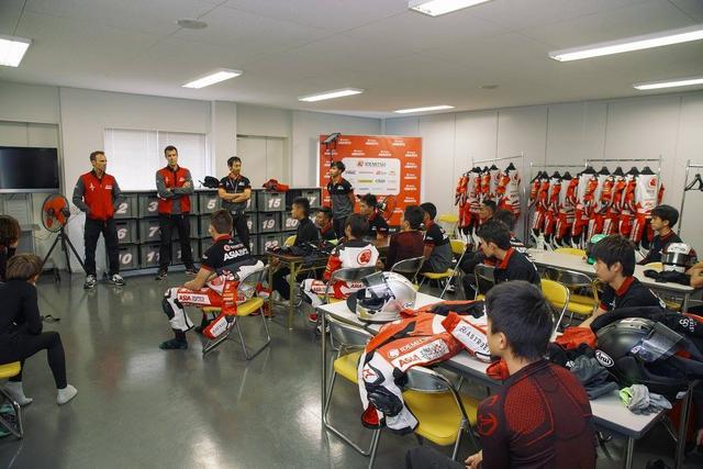 画像: レース前に授業も 青山博一が講師アシスタントを務めます