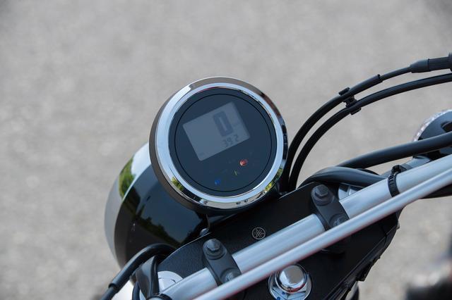 画像: オーソドックスな丸型ヘッドライトに、オフロード車的なワイドハンドル、シンプルなシングルメーターという組み合わせがスクランブラー的。