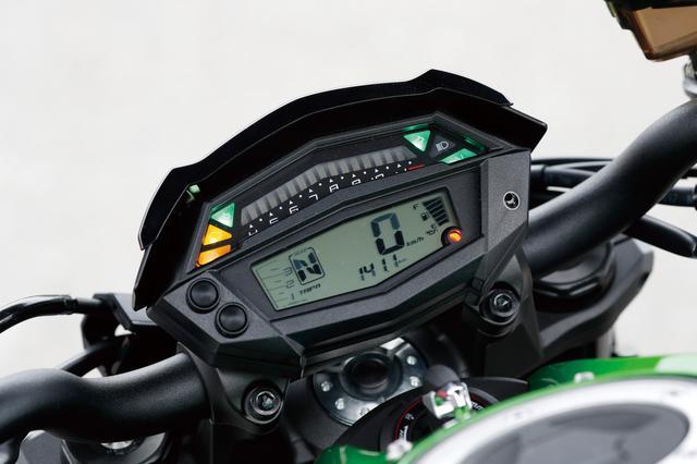 画像: コンパクトな多機能液晶メーターはハンドルに直接装着。ギアポジション、シフトアップインジケーター、航続可能距離まで表示する。