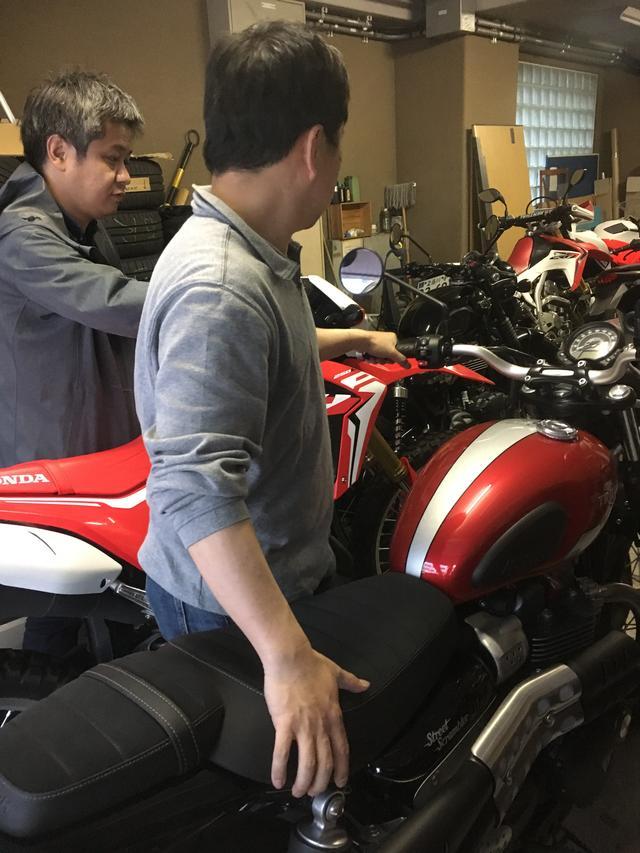 画像: オートバイ編集部のスタッフもみんな興味津々(⁎⁍̴̛ᴗ⁍̴̛⁎) 仕方ないので、編集部のガレージにとめておいたバイクを、外に出すのを手伝って頂きました(  ˘-˘  )