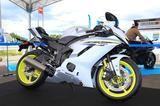 画像: 最新モデル展示ブースでは、「YZF-R6」の日本初披露カラーであるブルーイッシュホワイトパール1(アメリカ・カルフォルニア仕様)も展示されていました。