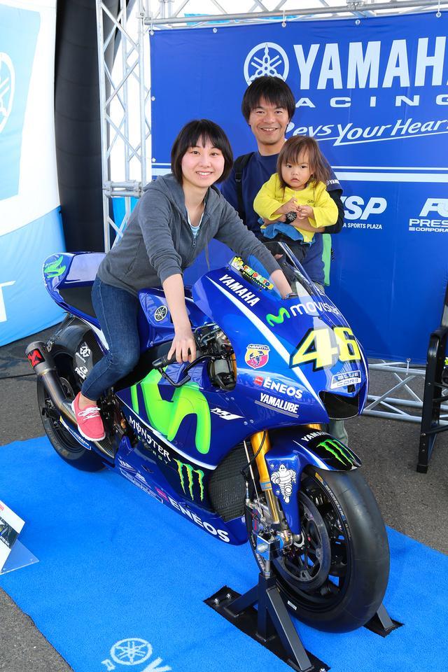 画像: MotoGPマシン・YZR-M1に跨って記念撮影ができるブースは常に列の絶えない人気ぶり! ご家族で撮影を楽しまれてるところにお邪魔してすみませんでした(笑)。