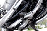画像: 3気筒ながら4本マフラーのタネ明かしは、中央シリンダーの排気をクランクケース下で2本に分けたことによる。これはGT3気筒シリーズ共通だ。