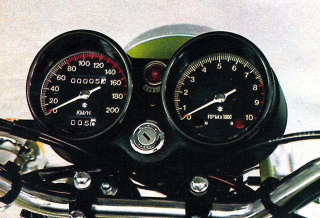 画像: B2からは両メーターの中央にギアポジション・インジケーターが加わる。スピードメーターが200㎞/hなのはB4までだ。