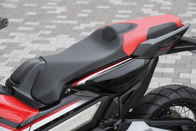 画像: 凝縮されたボディの中で快適さを最大限に追求したシート。タンデム走行時のパッセンジャーの足回りの快適性など、細かな配慮もされている。