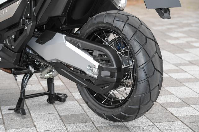 画像: 標準装着タイヤはBSのトレールウイング。フロント17インチ、リア15インチで、いずれもこのX-ADVのための専用開発品だ。