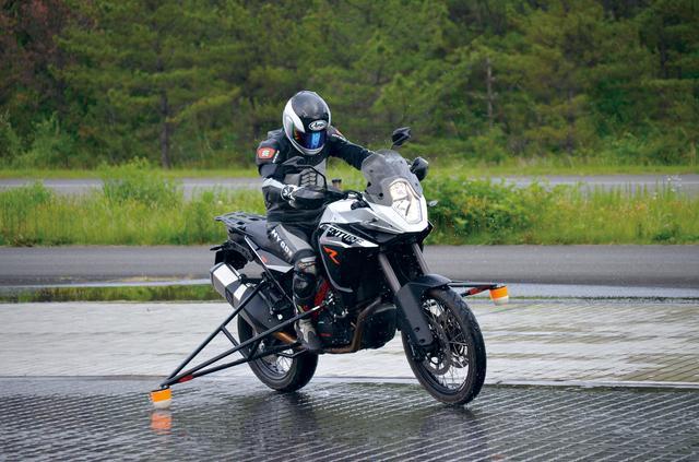 画像: 国内では栃木などにテストコースを完備しており、日々実走テストも行われている。写真はそんな開発風景のひとコマで、転倒防止用のガードが取り付けられていることに注目。