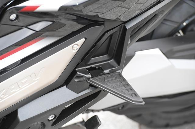 画像: タンデムステップは独特な三角形デザイン。折り畳み時にはボディにフィットする。