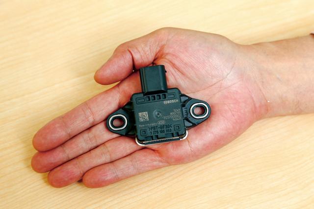 画像: 最新のスーパースポーツに搭載されているIMU(イナーシャル・メジャーメント・ユニット)と略される慣性計測装置。バイクが上下前後左右に対し、どう動いているかを把握する計測装置である。元々は四輪車用のESC(横滑り防止装置)向けとして開発されたのが最初。あくまで計測装置なので、そのデータをどんな制御に使用するかは、また別の話となる。