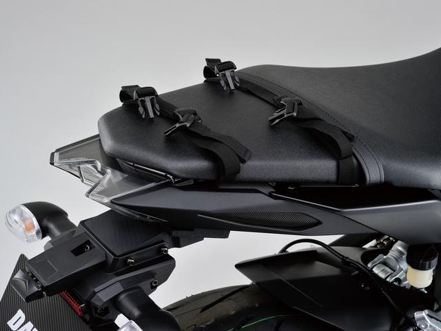 画像: バッグのベースとなるベルトは、シートに巻きつけるタイプ。バックルは4カ所。