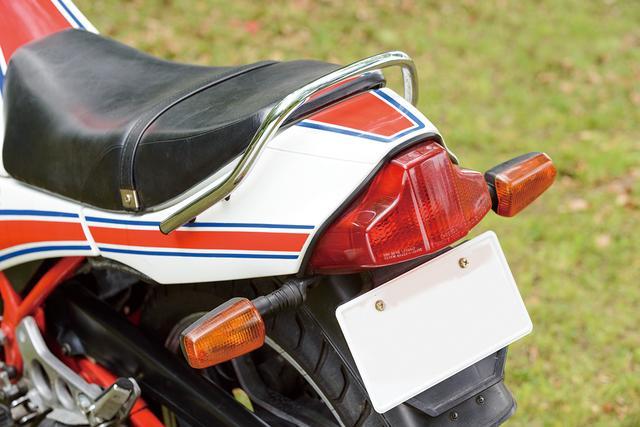 画像: 特徴的な三角おむすび形状のテールランプが印象的なRZ250Rのテール周り。シートカウルの形状などにも、RZ250の影が残る。1988年以降のモデルはテールランプが四角いデザインへ変更された。