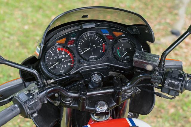画像: ビキニカウルの後ろにマウントされるメーターは、左からスピードメーター、タコメーター、水温計。スピードメーターは160km/hスケール、タコメーターは1万2000rpmスケールで、レッドゾーンは1万rpmから。