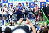 画像: 中須賀のいない表彰台、けれど野左根が表彰台の頂点にいます!