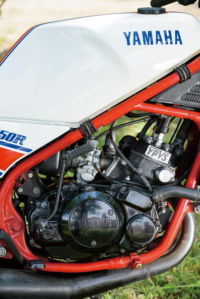 画像: 排気デバイス・YPVSの採用でポテンシャルを向上さたエンジン。RZ250RのYPVSは、市販レーサー・TZ250でも機械式だったのに対して、ワークスGPマシンのYZRと同じく、最新タイプの電気式を採用していた。
