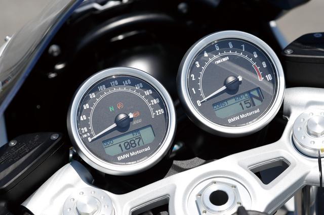 画像: メーターはオーソドックスなアナログ2連式で、小型液晶も内蔵。スピードメーターは220㎞/hまで、タコメーターは1万rpmまで刻まれる。