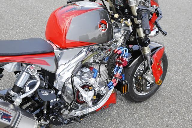 画像: エンジンパーツは武川で統一、マフラーはオーヴァー。ボディカラーはヨシムラトルネードをイメージ。
