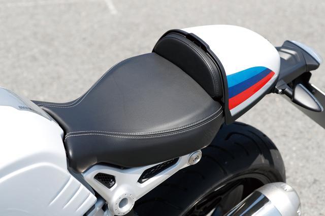 画像: クラシカルなルックスのカウルに合わせた、コンパクトでレーシーなデザインのシートが装着されている。シート高は805㎜。