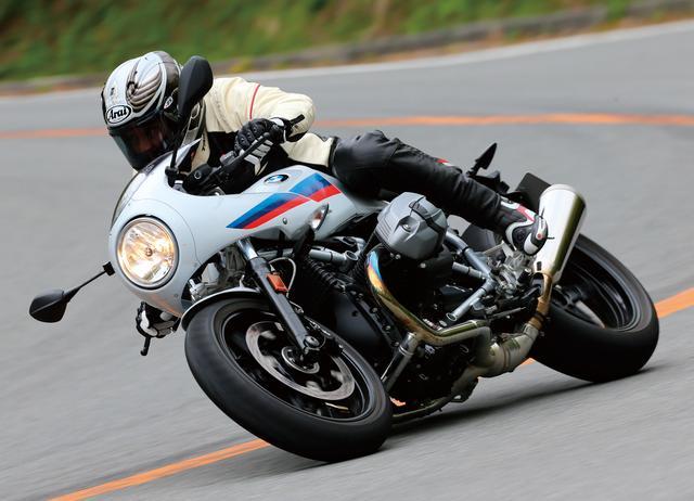 画像: BMWの歴史と伝統を色濃く感じさせるRnineTに、クラシカルなカウルが特徴の70年代風のカフェレーサー的スタイルがマッチ。レーシーなポジションとBMWモータースポーツ・カラーもよく似合う。