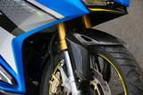 画像: フロントフェンダーはカーボン製に換装。ブルーメタのカラーもなかなかカッコイイですね。