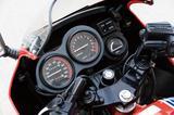 画像: メーターパネルのデザインも変更され、同径のスピードメーター、タコメーターを斜めに配した右側に、小径の水温計をマウント。コンパクトで機能的なレーサーイメージ満点のものとなった。