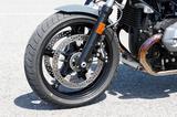 画像: 正立フロントフォークやブレーキ、5本スポークのアルミキャストホイールはRnineT RACERと基本的に共通のものだ。