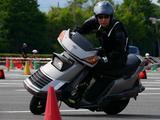 画像: D・菅原隆志選手@スペイシー。このスペイシー、1985年くらいのバイク……?ライトがパカパカ動きます!