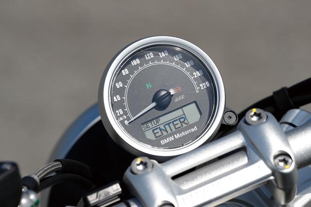 画像: アナログ2連メーターだったRnineT RACERとは異なり、220㎞/hスケールの大径アナログスピードメーターのみというシンプルなメーター周り。