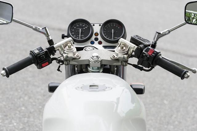 画像: アルミ製のがっしりとしたトップブリッジに、スポーティなルックスのセパハンを組み合わせたハンドル周り。写真の車両に装着されているミラーはノンオリジナル。