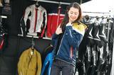 画像: クシタニブースではレザースーツのほか、ライディングウエアの展示も行なわれ、試着もできるようになっていた。