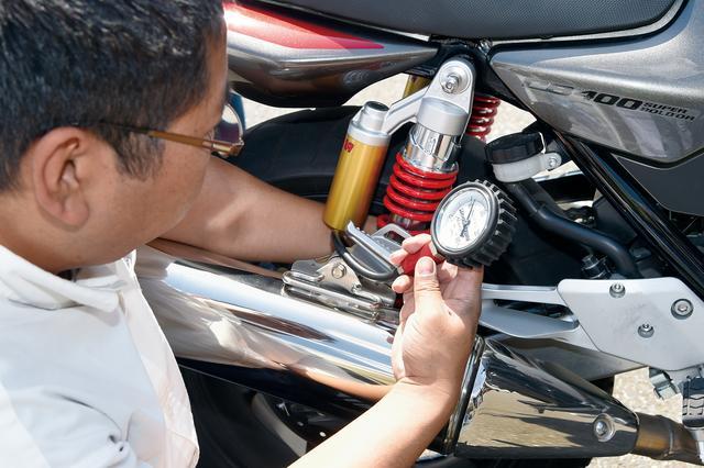 画像: こちらは任意だが、タイヤのプロによる空気圧と状態のチェックも受けられる。コース走行なので、ちょっとだけ内圧を落として調整完了。
