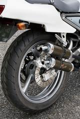 画像: 右側2本出しのマフラーがR1-Zを印象付ける部分でもある。サイレンサーはカーボン製だ。ホワイトの車体色は生産期間の全てに存在するが、写真のモデルは3本スポークホイールのカラーがグレーメタリックの初期型だ。