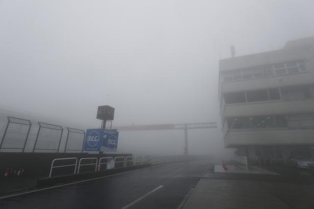 画像: 霧に見舞われたオートポリス オランダがダッチウェザーなら、ここはヒゴウェザーですね…