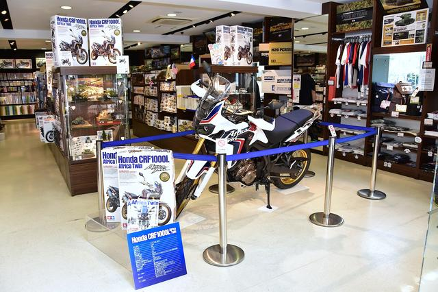 画像2: タミヤプラモデルファクトリー新橋店の店頭で、7月3日までアフリカツインの実車も展示中!