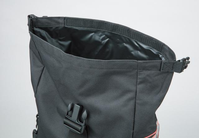 画像: 大型の開口部は面ファスナーを装着し、水の侵入を防ぐ。