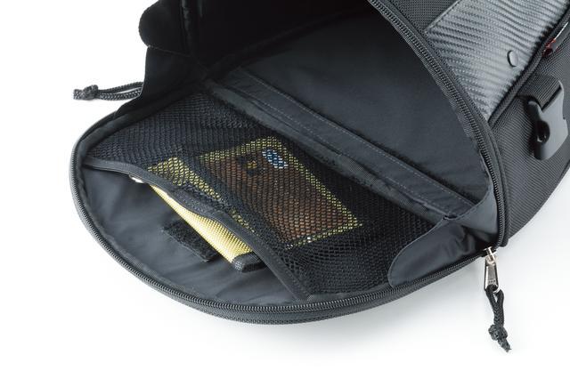 画像: 開口部の内部にはメッシュポケットが用意されているので、荷物の整理にも便利。