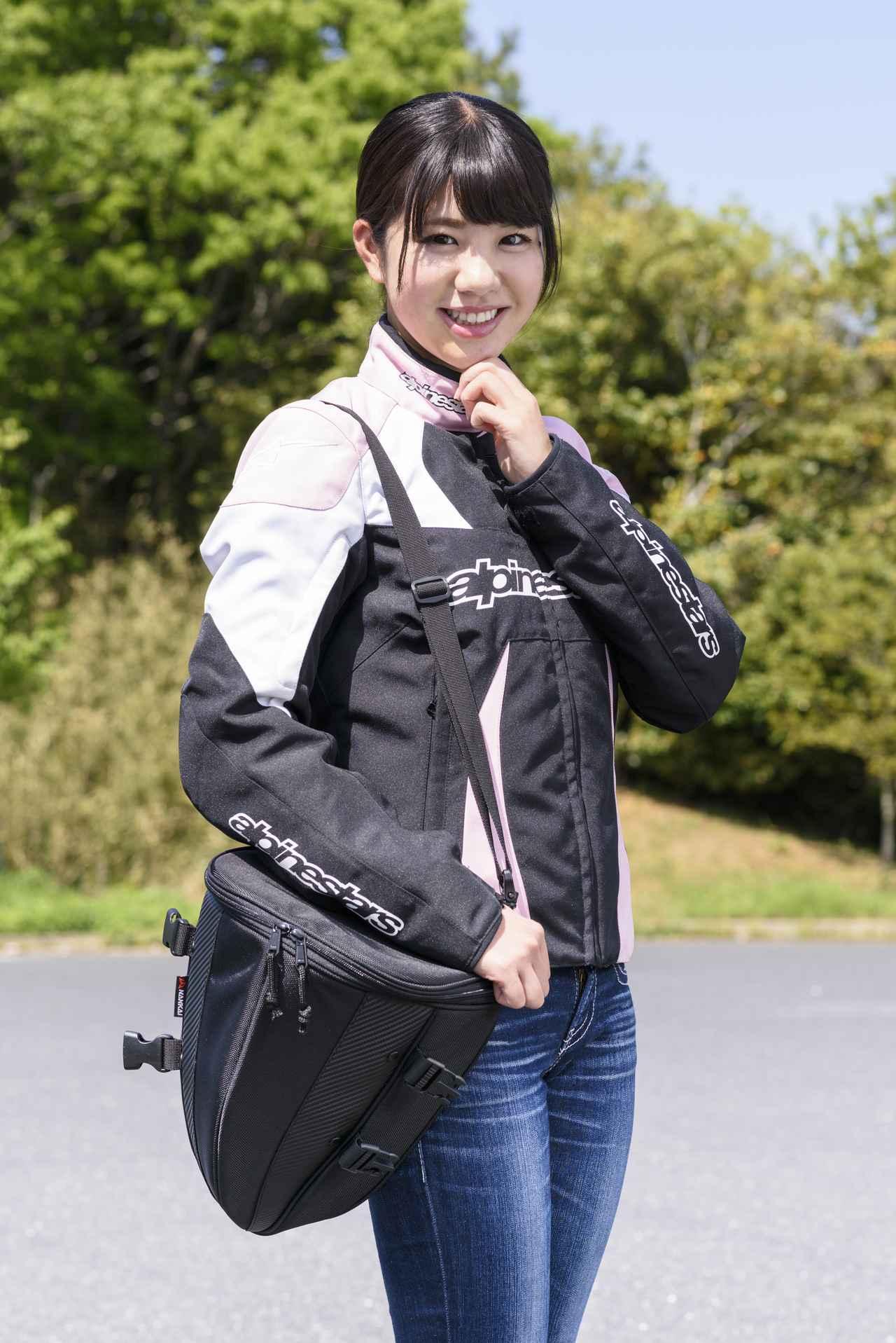 画像: 付属のベルトを使用すれば、ショルダーバッグに早変わり。旅先で荷物を持ち運びたいときには便利です。