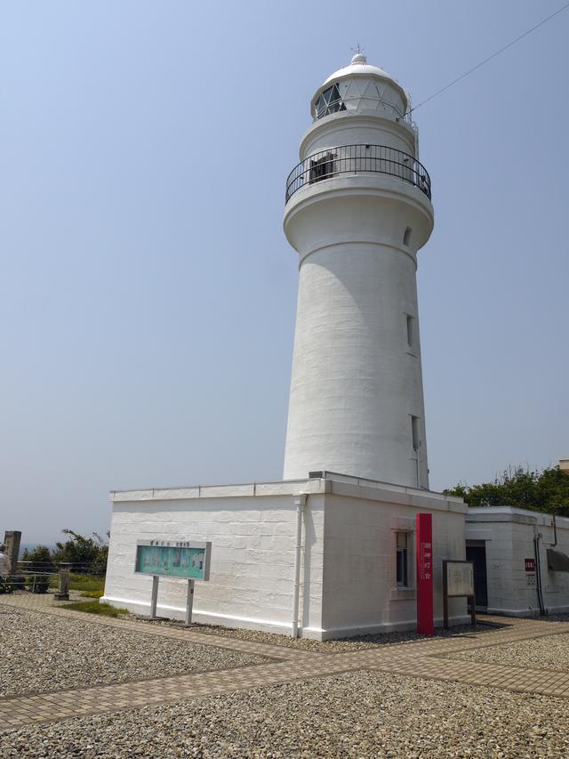 画像: ご存知、本州最南端の潮岬灯台。紀州半島の切っ先に建ち、海運の安全を見守ってきた功労者。昇り回路で展望台へ上がれますが、狭所ハシゴあり。