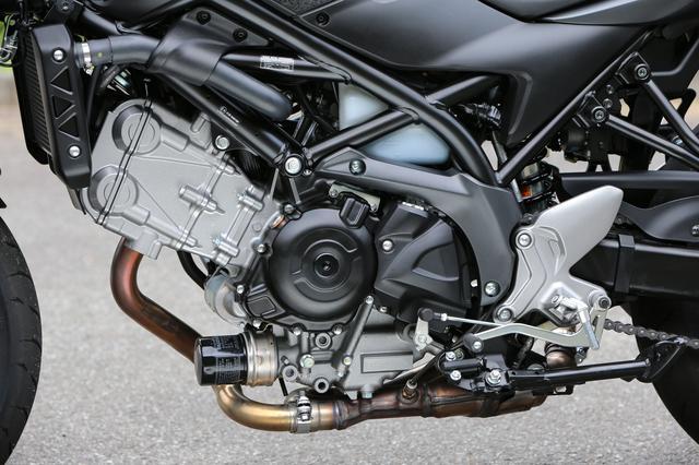 画像: 先代モデルのグラディウスベースの645cc90度Vツインエンジンを搭載するが、、60箇所以上の部分がアップデートされ事実上新設計と言っても過言ではないパッケージとなる。ボア径39mmものFIスロットルにはダブルでスロットルバルブを設け、インジェクターには10ホールの多孔タイプを採用。霧化特性を向上させることにより、燃費やパワフィールをも向上させるという。