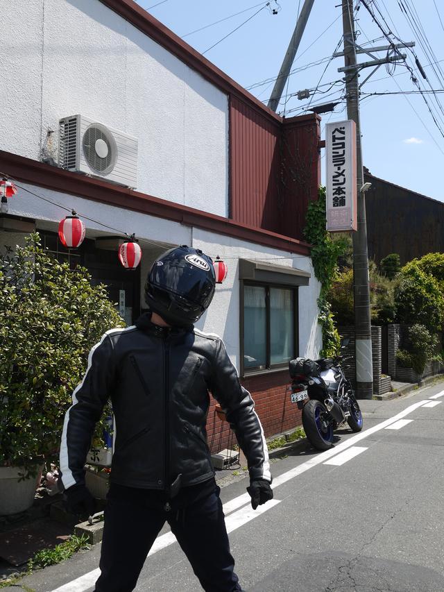 画像: HOT&COOLさんの取材が終了し、カメラマンの若林さんに連れてきて頂いただいたのがベトコンラーメン! ちなみに、店舗の前には駐車場がありますので、撮影後は速やかにバイクを移動いたしました。