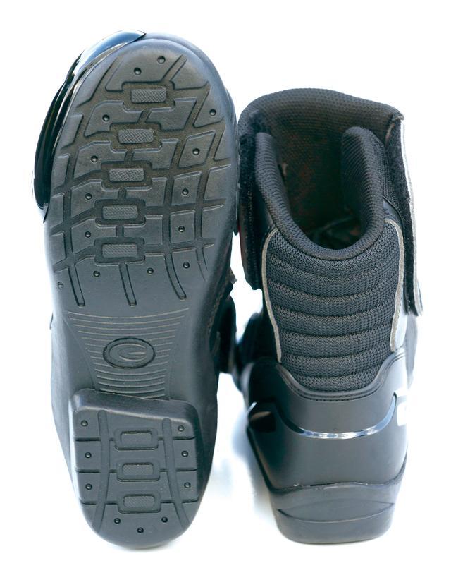 画像: 本格的ロードブーツと同様のスポーティーなフォルム。履き口が比較的細めなのでパンツの裾との相性問題も起きにくい。