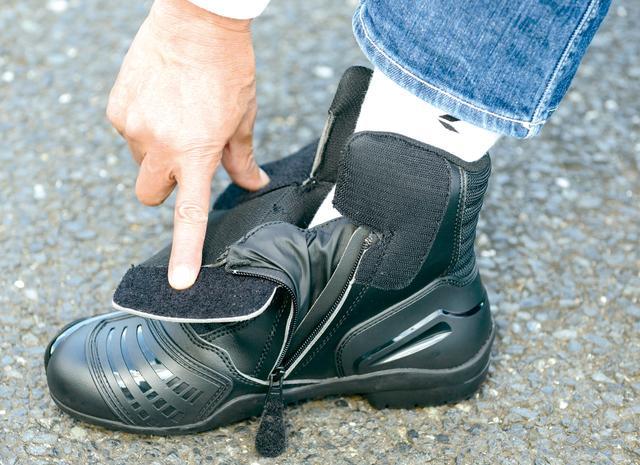 画像: ベルクロ止めの履き口は大きく開いて履き脱ぎが楽。サイドファスナー内側のマチは防水性能を確保するための装備だ。