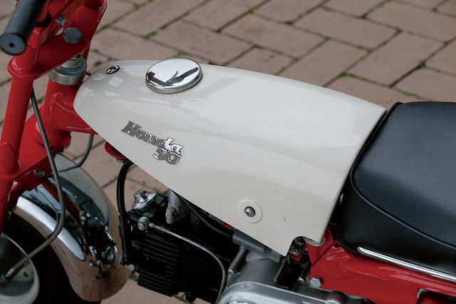 画像: シートと連続したラインを描く、逆三角形デザインのコンパクトなタンクがZ100の特徴。性格には樹脂製のカバーで、内部に金属製のタンク本体が収められている。