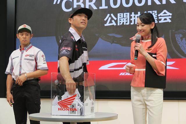 画像: 高橋巧選手、山口達也選手が各15名、宮城さんが5名の当選者を抽選。