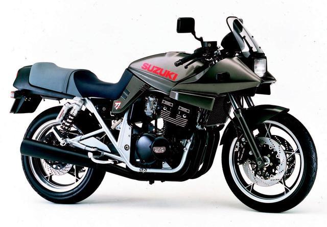 画像: ■ SUZUKI GSX400Sカタナ  1992年4月発売 1100カタナブームの到来により、先行発売されていた250に続き、ファンの熱いリクエストに応えて登場した中型モデル。エンジンには同社のレプリカモデルGSX-R譲りの水冷エンジンを採用。スタイルもオリジナルの1100に忠実に再現されていた。●水冷4ストDOHC4バルブ並列4気筒●398cc●53PS/10500rpm●3.8kg-m/9500rpm●182kg●100/80-18・140/70-17●65万9000円